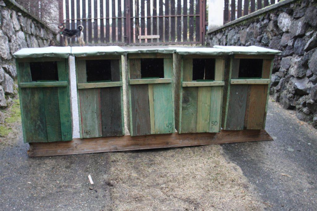 Budky pro morčáky připravené k instalaci v terénu.